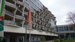 Wohnhausfassade mit vorschwingenden Balkonen