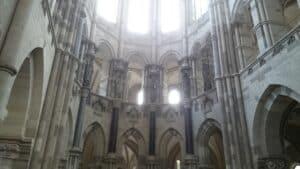 Dom Innenraum, Lichtstrahlen in den Fenstern, viele kleine Säulen