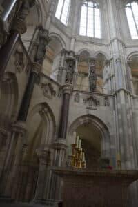 Kleine Säulen in verschiedenen Etagen im Innenraum des Domes